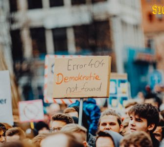SichtWeisen: Sollte unsere Demokratie flüssig sein?   Photo by Markus Spiske on Unsplash